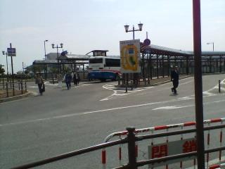 入り口はバス