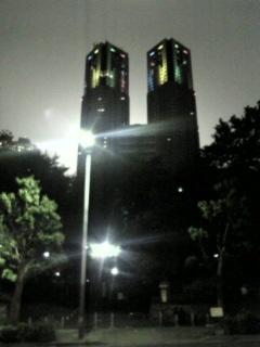 怪しく光る都庁