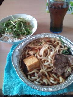 アルミ鍋とサラダ